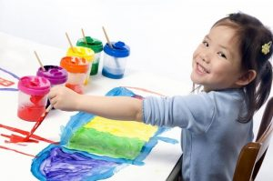 Bilingual-kindergarten-child-painting-with-lots-of-colours-e1421274252858